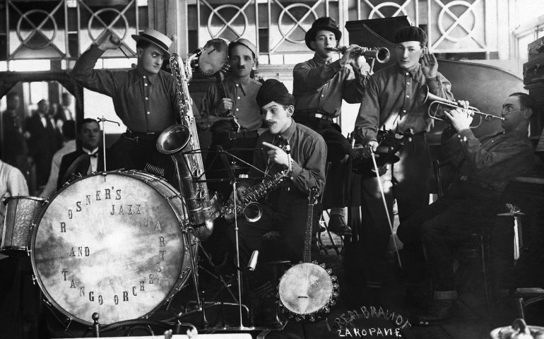 Rosner's Jazz and Tango Orchestra during a performance in Zakopane, photograph from the book Świat utracony. Żydzi polscy. Fotografie z lat 1918-1939 (Lost World: Polish Jews – Photographs from 1918-1939), publ. Boni Libri