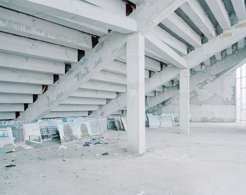 Anaklia, Gruzja, 2013 Panele z wizualizacjami planowanych i nigdy niezrealizowanych inwestycji porzucone pod trybunami niedokończonego amfiteatru, fot. Rafał Milach