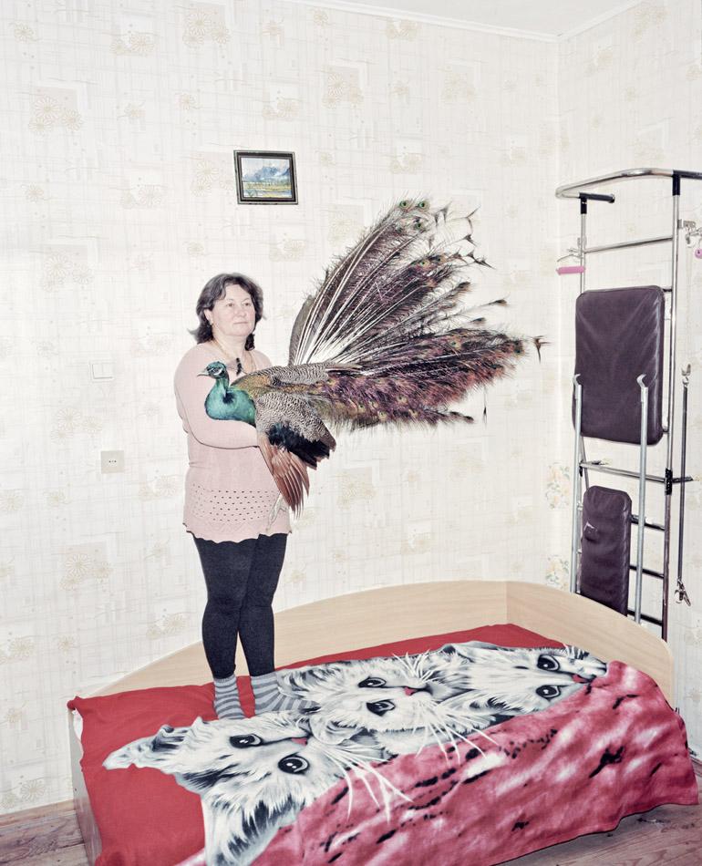 Olga – zwyciężczyni w konkursie na najlepszą matkę rodziny wielodzietnej. Kobieta wychowuje osiemnaścioro dzieci własnych i adoptowanych. W piwnicy trzyma 2 żywe pawie, fot. Rafał Milach