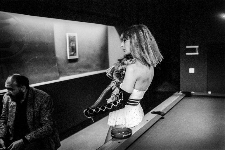 """Fotografia z książki Justyny Mielnikiewicz, """"Woman With a Monkey"""", fot. materiały prasowe"""