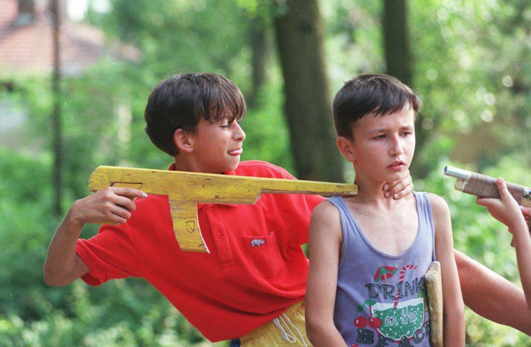 Kids playing war, Tuzla, Bosnia, 1995, photo: Krzysztof Miller / Agencja Gazeta