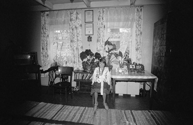 """Zofia Rydet, fotografia z cyklu """"Zapis socjologiczny"""", """"Ludzie we wnętrzach"""", region: Chochołów, 1978-1990, Osoby na fotografii: Anna Frączysta, fot. z kolekcji Fundacji im. Zofii Rydet"""