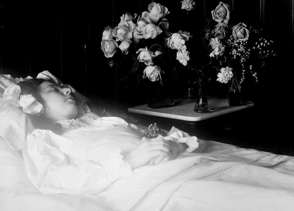Молодая женщина, посмертная фотография. Фото: Whitehotpix/Forum
