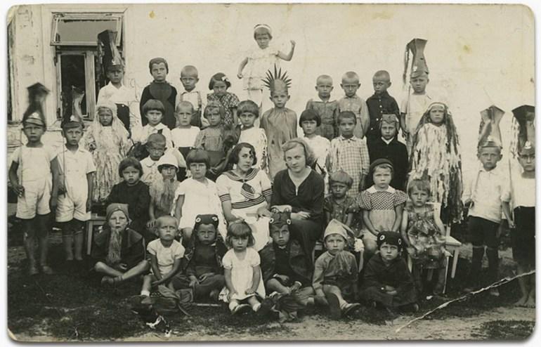Workers' Kindergarten in Gródek, Halina Matejczuk is in the top kid in the centre, collection of Halina Matejczuk / Albom.pl