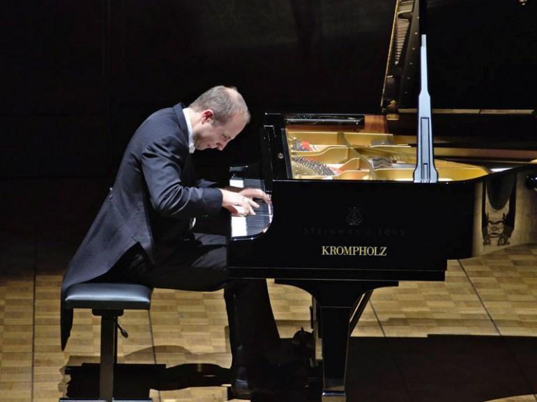 Aleksander Gawryluk during a concert, photo: Aldo Ellena / IAM