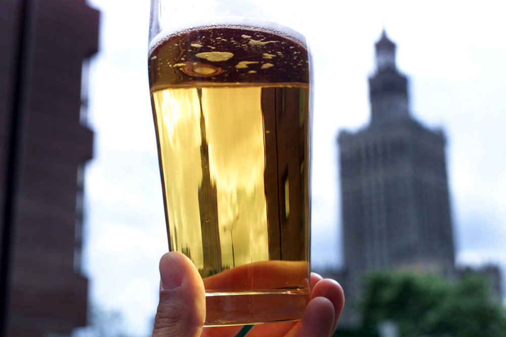 A beer and the Palace of Culture and Science in the background. Photo: Maciej Jeziorek / Forum