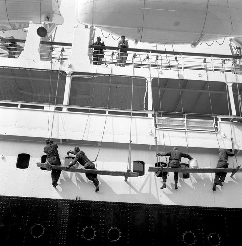 Mycie burty Batorego w gdyńskim porcie w 1962, fot. Andrzej Wiernicki / Forum