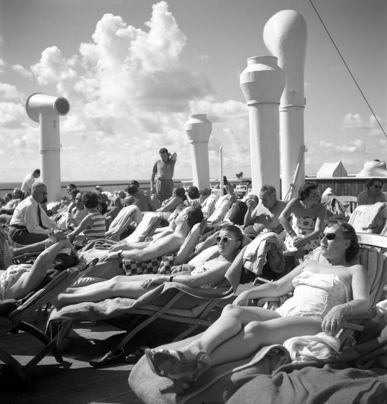 """Pasażerowie opalający się na pokładzie transatlantyku MS """"Batory"""", lata 50, fot. Zbyszek Siemaszko / Forum"""