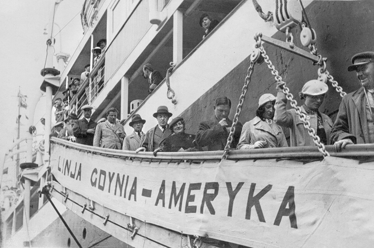 Polish transatlantic liner en route  from Gdynia to America, photo FoKa / Forum