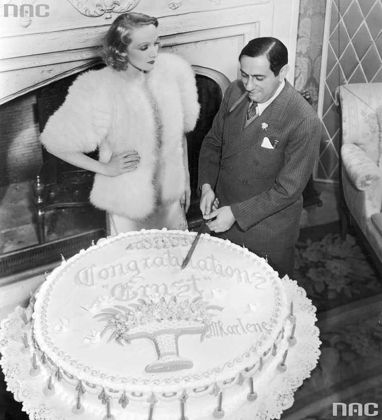 Example of commemorative cake from near past, Marlena Dietrich and Ernst Lubitsch celebrating 25. anniversary of their first movie, photo: National Digital Archive / www.audiovis.nac.gov.pl