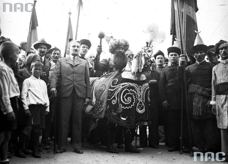Lajkonik in 1933, photo: National Digital Archive / www.audiovis.nac.gov.pl