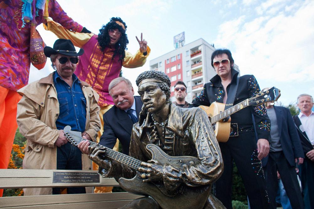 Uroczystość odsłonięcia ławeczki Jimiego Hendrixa w Dąbrowie Górniczej z udziałem sobowtórów Lecha Wałęsy, Chucka Norrisa i Elvisa Presleya, 2012, fot. Bartłomiej Barczyk / Agencja Gazeta