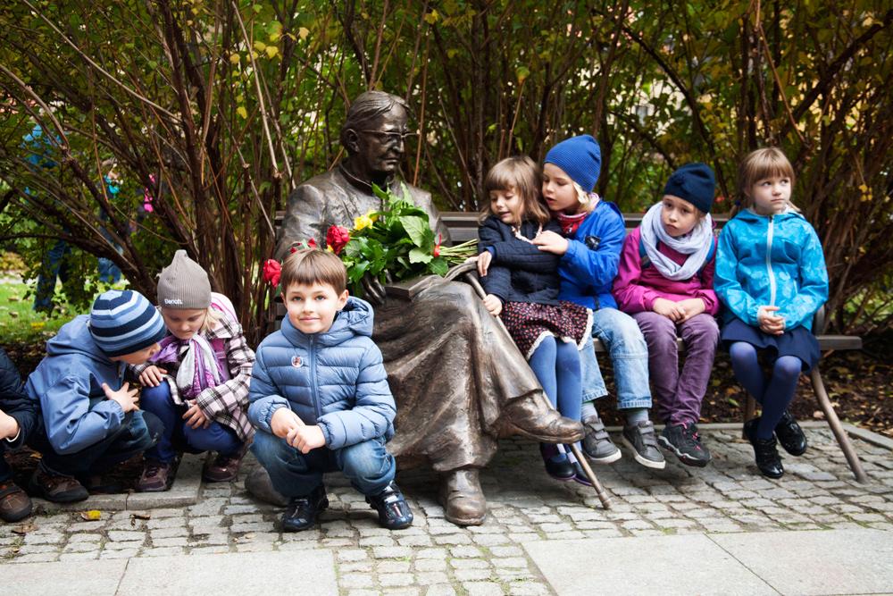 Uroczyste odsłonięcie ławeczki ks. Jana Twardowskiego w Warszawie i pierwsi użytkownicy, 2013, fot. Monika Bajkowska / Forum