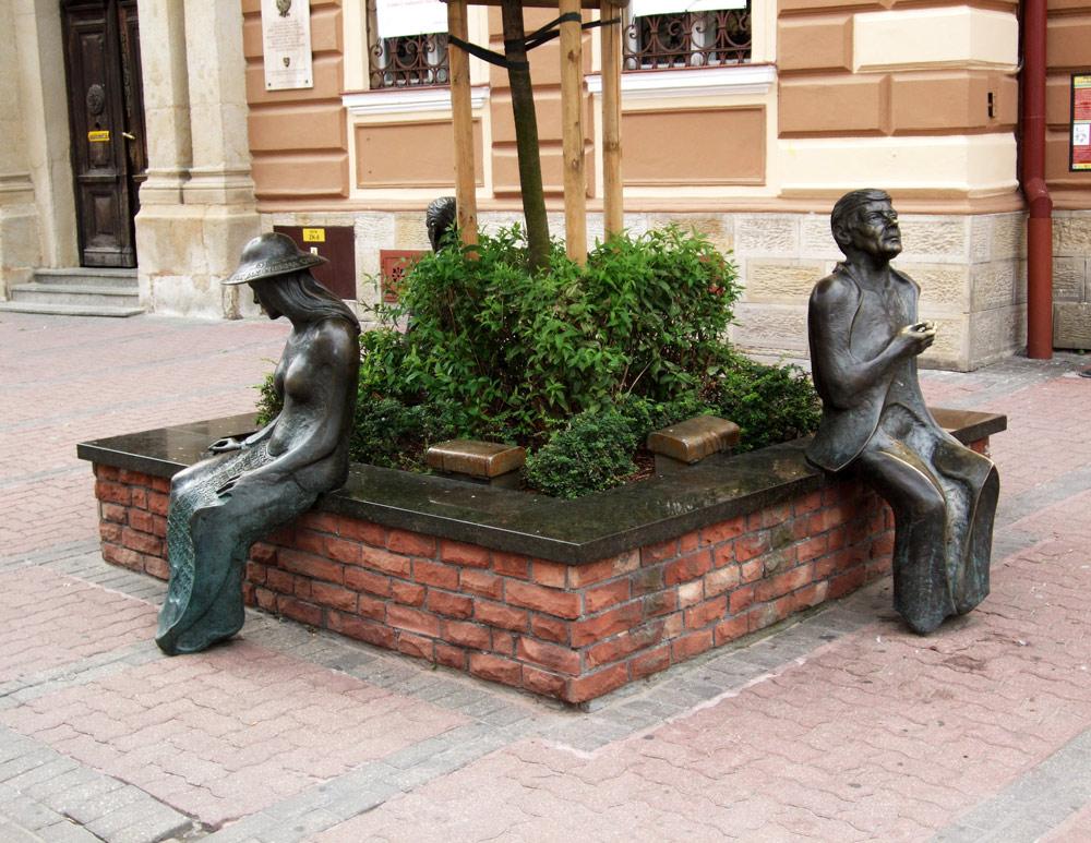 Ławeczka Poetów (Zbigniewa Herberta, Agnieszki Osieckiej i Jana Brzechwy) w Tarnowie, 2007, fot. Krzysztof Chojnacki / East News
