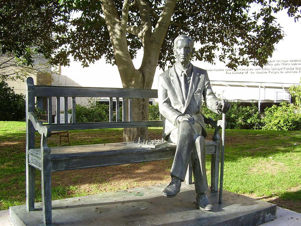 Ławeczka Jana Karskiego na Uniwersytecie w Tel Awiwie, fot. domena publiczna / Wikimedia Commons