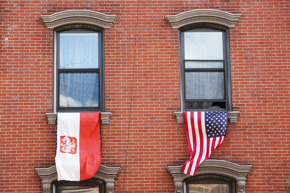 Polish and American flags on Noble Street in Chicago. Photo: Andrzej Bogacz / Forum