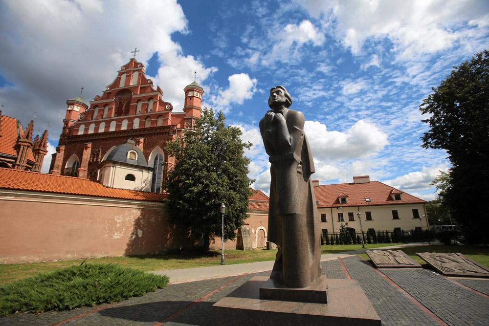 Adam Mickiewicz's statue. Photo: Cezary Aszkielowicz / Agencja Gazeta