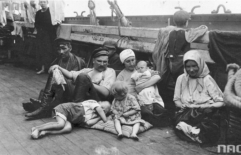 Polish emigrants departing to America, photo: Narodowe Archiwum Cyfrowe