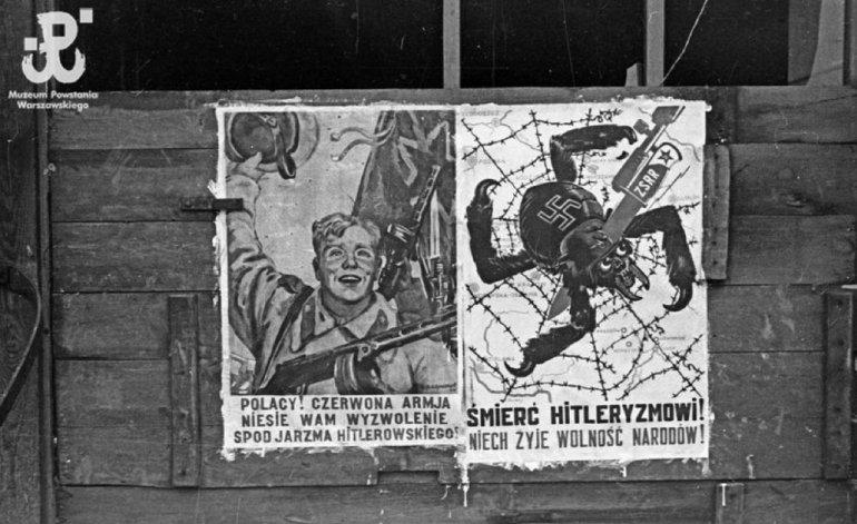Fotografia z Powstania Warszawskiego. Stare Miasto. Plakat powstańczy na murze, sierpień 1944, fot. Edward Tomiak / MPW