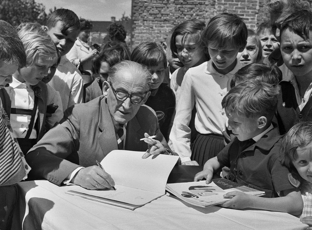 Jan Brzechwa, wśród dzieci ze szkoły w Błoniu, Warszawa, 1963, fot. Wieslaw M. Zielinski / East News