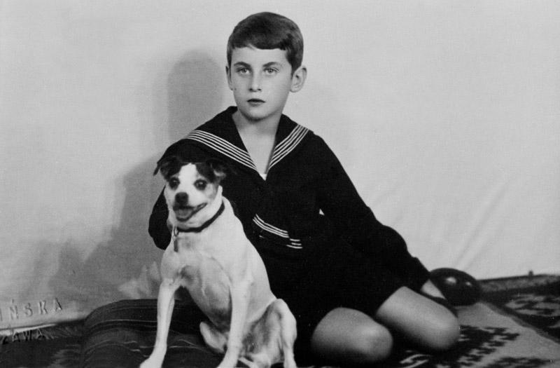 Krzysztof Kamil Baczyński z psem Fredem, ok. 1931-1932, fot. Aleksander Jalosinski / Forum
