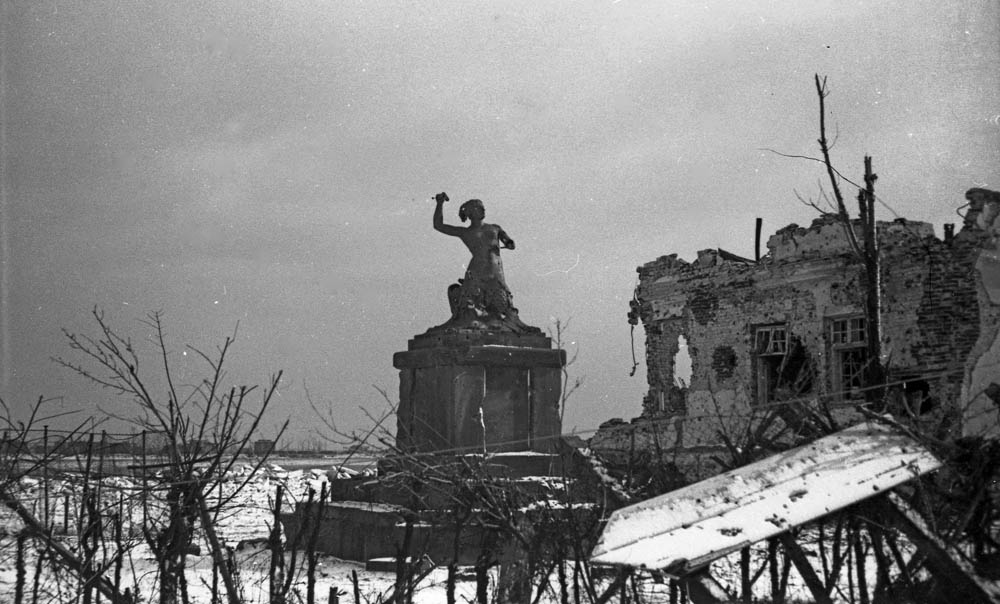 Warsaw in ruins after the war, pictured: the Warsaw Mermaid and the destroyed building of the Syrena boat club on Solec Street, photo: Eugeniusz Haneman
