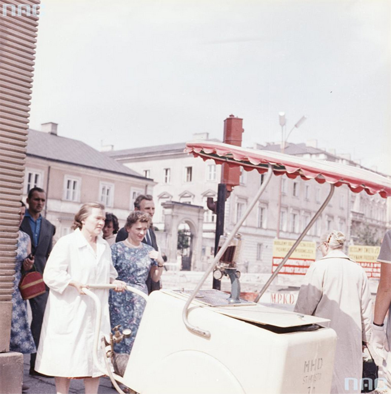 A women pushing a saturator, Warsaw, 1959. photo by Zbyszek Siemaszko / National Digital Archives / www.audiovis.nac.gov.pl