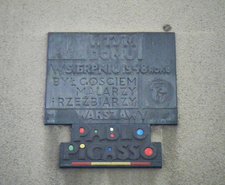 Picasso's Plaque in Warsaw (Obrońców 28/30) made by Stanisław Sikora, photo by Tadeusz Rudzki / CC / Wikimedia