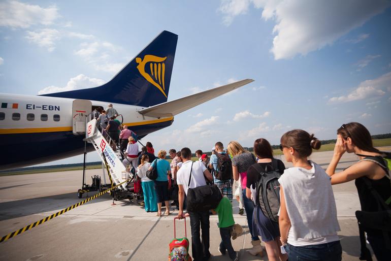 Passengers embarking on a cheap flight plane in Modlin (near Warsaw) Airport, photo: Franek Mazur / Reporter