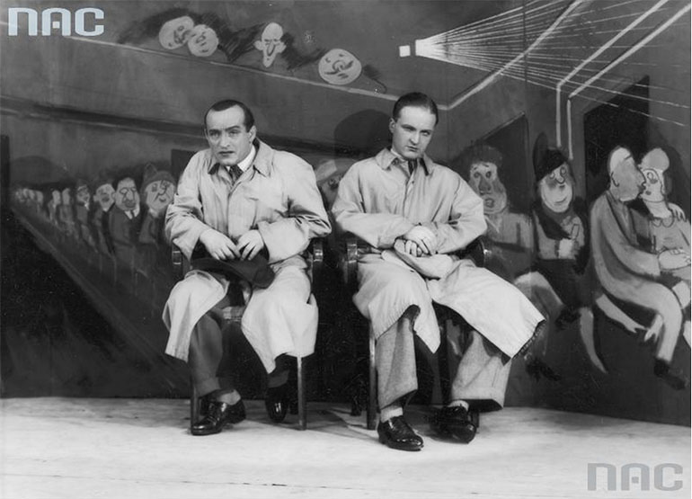 """Rewia """"Pod parasolem"""" w kabarecie """"Małe Qui Pro Quo"""" w Warszawie, 1939, fot. Stanisław Brzozowski / NAC / www.audiovis.nac.gov.pl."""