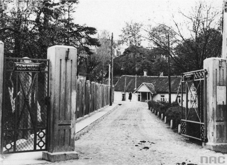 Entry Gate to the to a State Psychiatric Hospital - Polish Brain Research Institute in Wilno (Vilnius), ca 1935; Photo: NAC