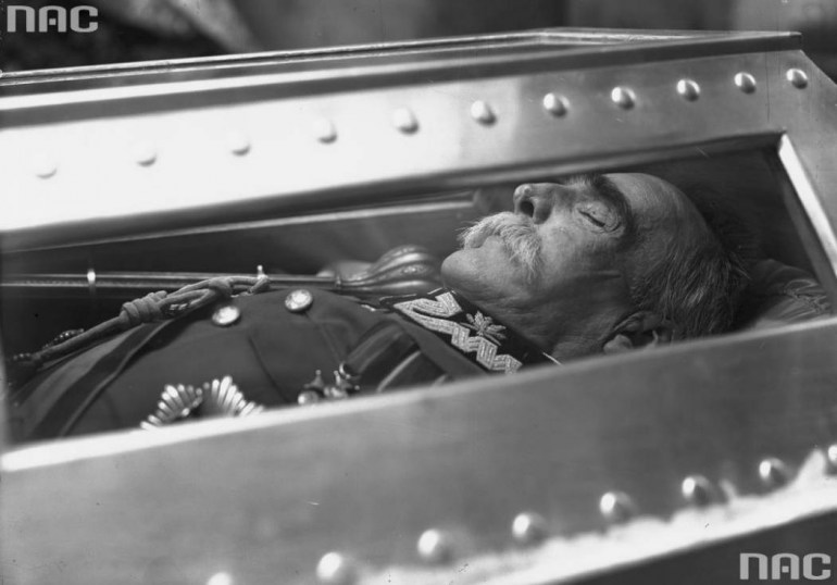 Józef Piłsudski in his coffin in St. Leonard's crypt of the Wawel Cathedral in Kraków; source: National Digital Archives / www.audiovis.nac.gov.pl