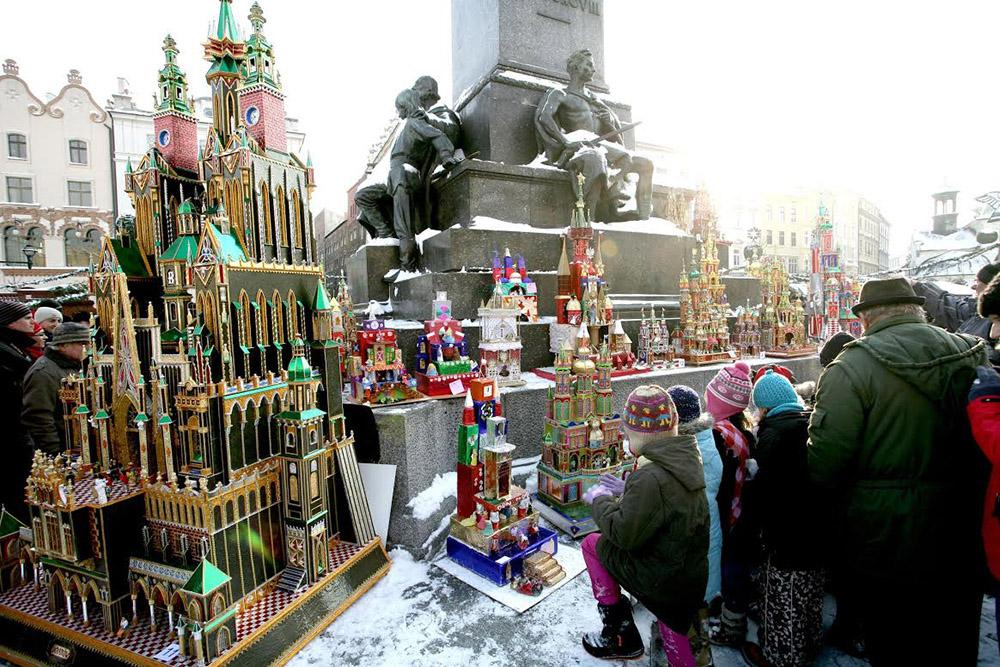 Cracovian cribs 'szopki' at the feet of the Adam Mickiewicz statue, photo: Andrzej Janikowski