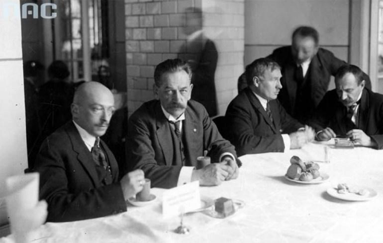 W bufecie sejmowym. Od lewej: Rajmund Jaworowski, Jędrzej Moraczewski, Norbert Barlicki, Marian Malinowski, 1925, fot. Koncern Ilustrowany Kurier Codzienny - Archiwum Ilustracji / Narodowe Archiwum Cyfrowe (NAC)