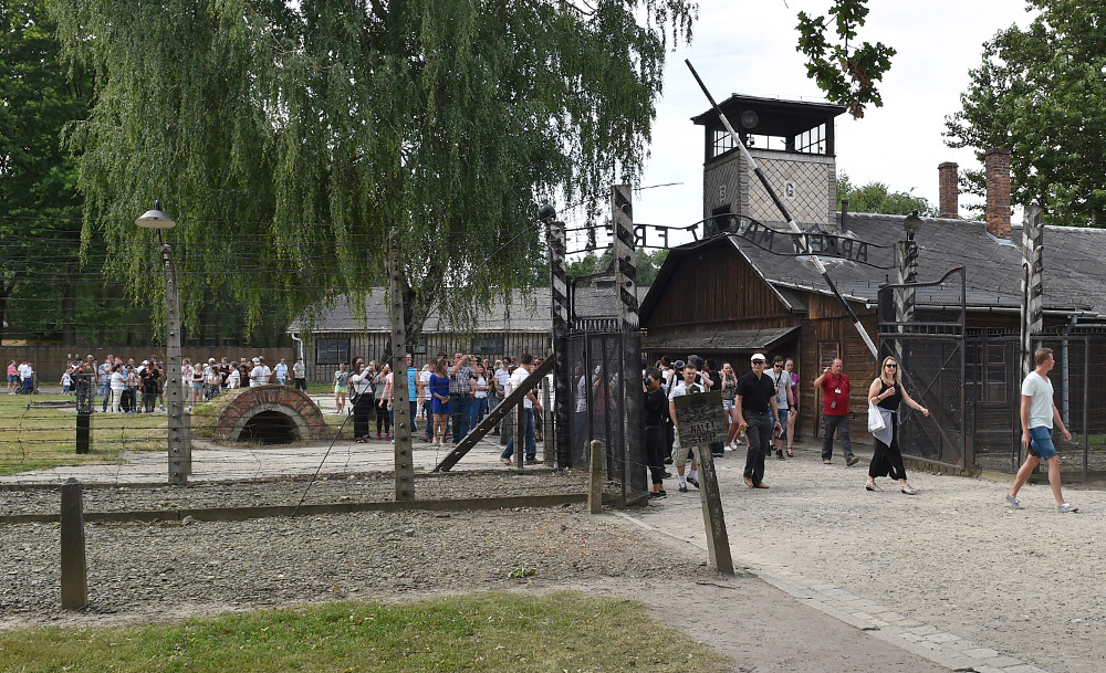 Tourists visiting the site of the Nazi German concentration camp Auschwitz-Birkenau, photo: Jacek Bednarczyk/PAP