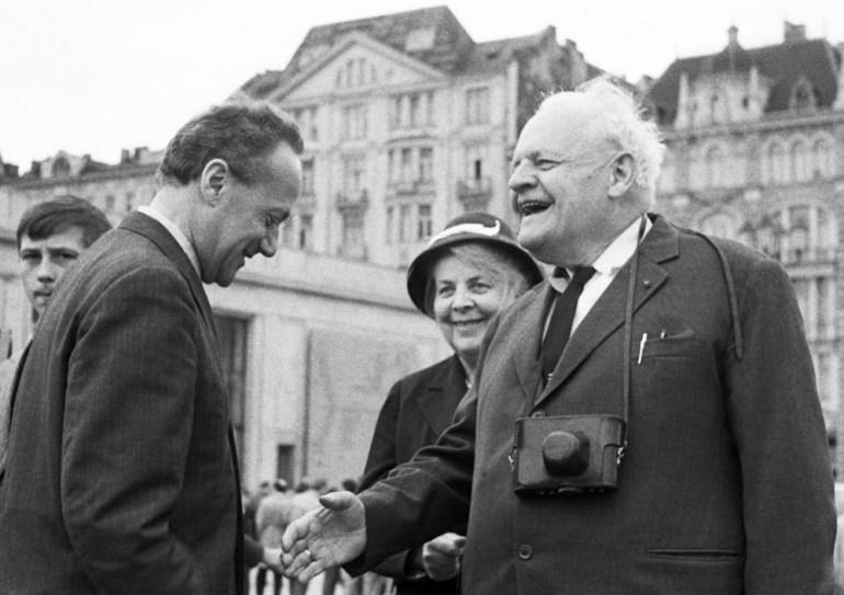 Kazimierz Brandys z Melchiorem Wańkowiczem i jego małżonka na kiermaszu książki, 1964, fot. Danuta B. Łomaczewska /East News
