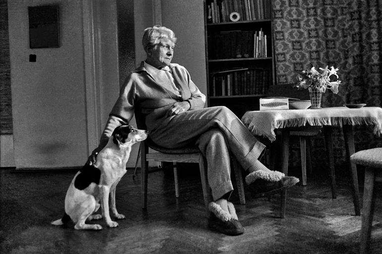 Maria Dąbrowska ze swoim psem - Dylem, 1961, fot. Aleksander Jałosiński / Forum