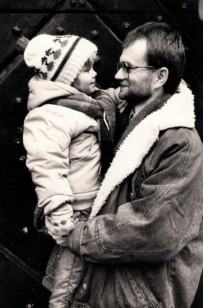Poeta z córką Natalią, Kraków, ul. Kanonicza, 1992, fot. Jerzy Szot, dzięki uprzejmości autora