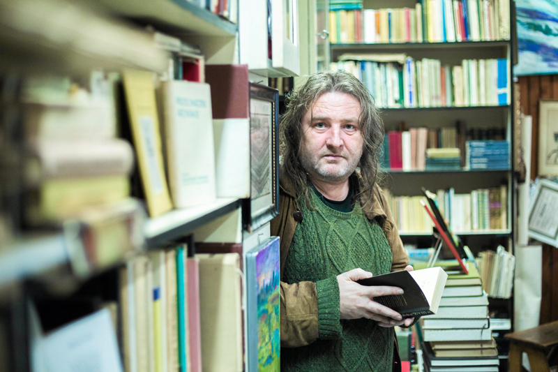 Paweł Dunin-Wąsowicz in the antique bookshop Tom on Żelazna Street in Warsaw, 2015, photo: Bartosz Bobkowski / Agencja Gazeta