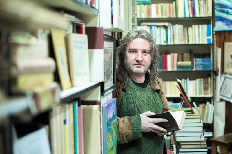 Paweł Dunin-Wąsowicz in the antique bookshop Tom on Żelazna Street in Warsaw, 2015, photo: Bartosz Bobkowski / Agencja Gazeta