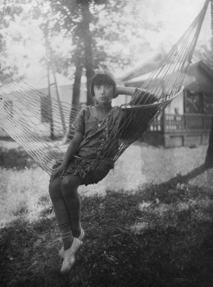 Зузанна Поля Ґінцбуржанка (Zuzanna Pola Gincburżanka — так її записано в журналі польської гімназії ім. Тадеуша Костюшка) в Клевані під Рівним бл. 1930 року. Фото: Muzeum Literatury / East News
