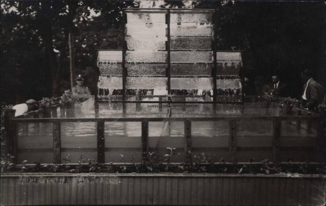 Акваріум рибного господарства на Волинському Ярмарку в Рівному, 1930-ті роки. Модерністичні павільйони і навіть пальми в Рівному можна побачити на Polona.pl