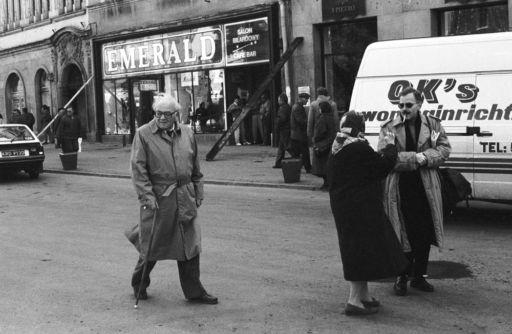 Gustaw Herling-Grudziński spacerujący w Krakowie, 1991, fot. Grzegorz Kozakiewicz / Forum