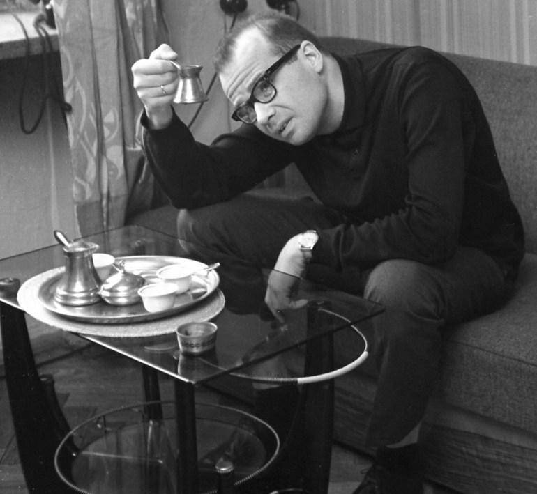 Andrzej Kijowski w swoim mieszkaniu, 1965, fot. Andrzej Szypowski / East News
