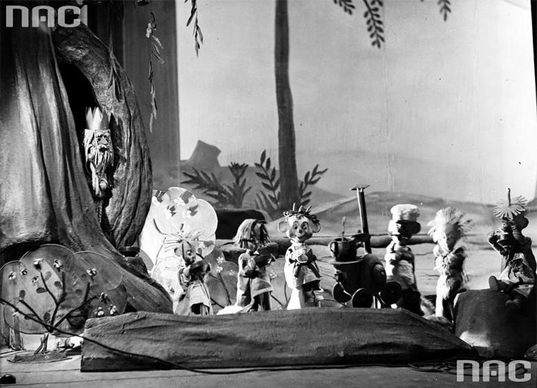 """Scena z bajki """"O krasnoludkach i sierotce Marysi"""", Teatr Nowej Warszawy, 1950, fot. Edward Hartwig / Narodowe Archiwum Cyfrowe / www.audiovis.nac.gov.pl )"""