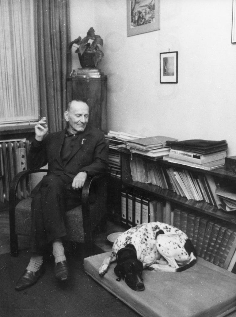 Janusz Meissner w swoim mieszkaniu, 1967, fot. Andrzej Szypowski / East News