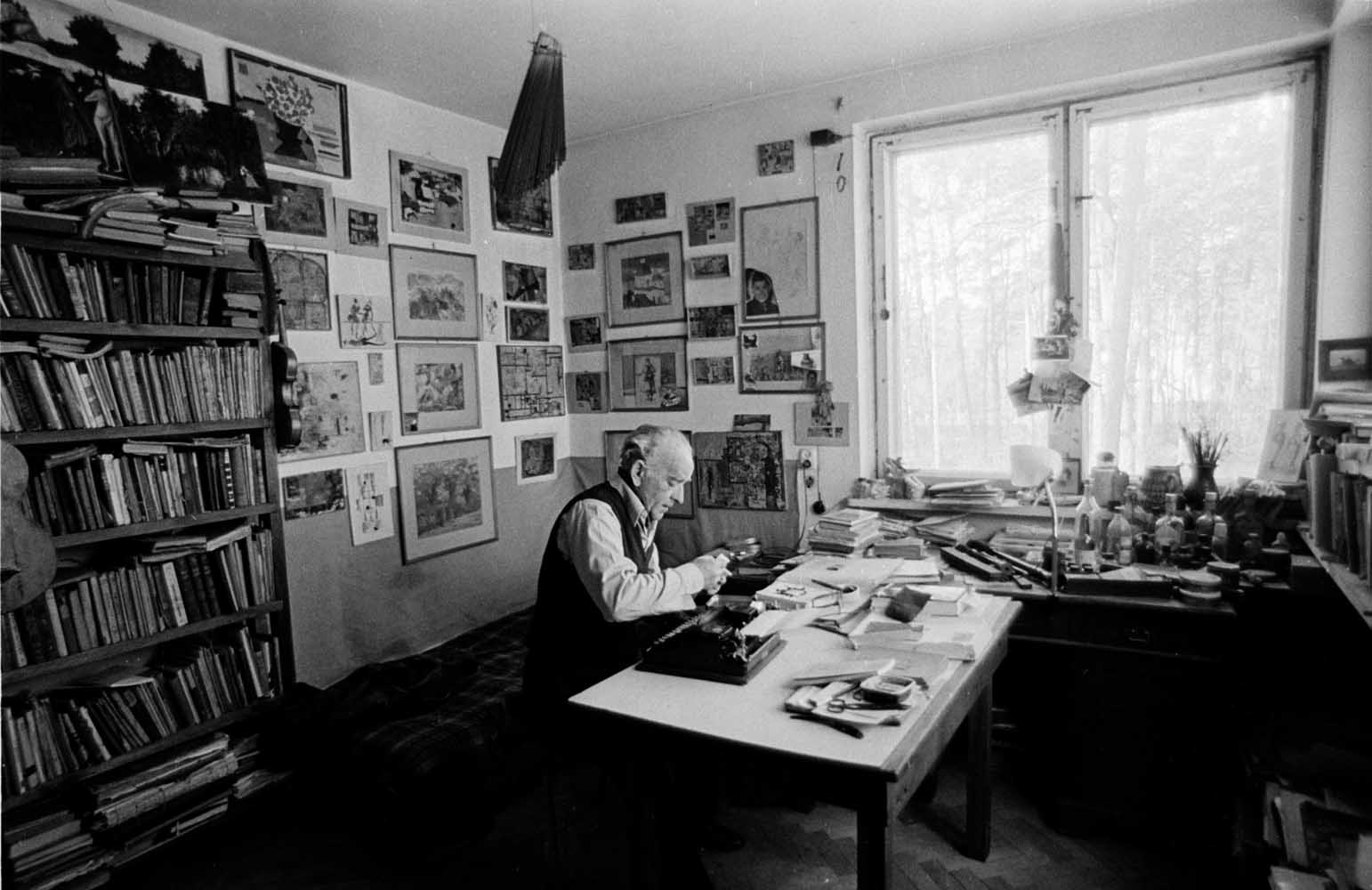 Leopold Buczkowski was also a sculpturer and painter, here at home in Konstancin, near Warsaw, 1972, photo: Aleksander Jałosiński / Forum