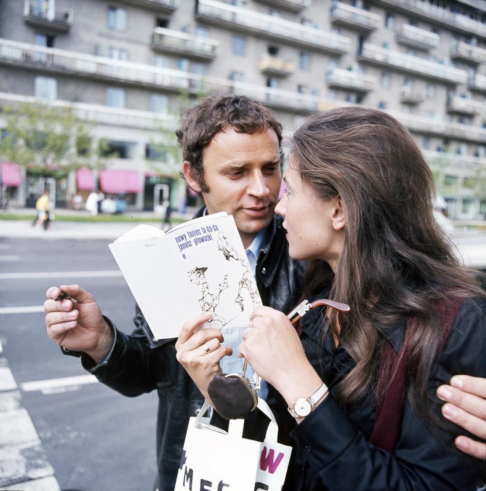 Kiermasz ksiąąek na placu Defilad, n/z pisarz Janusz Glowacki, fot. Jerzy Michalski / FORUM