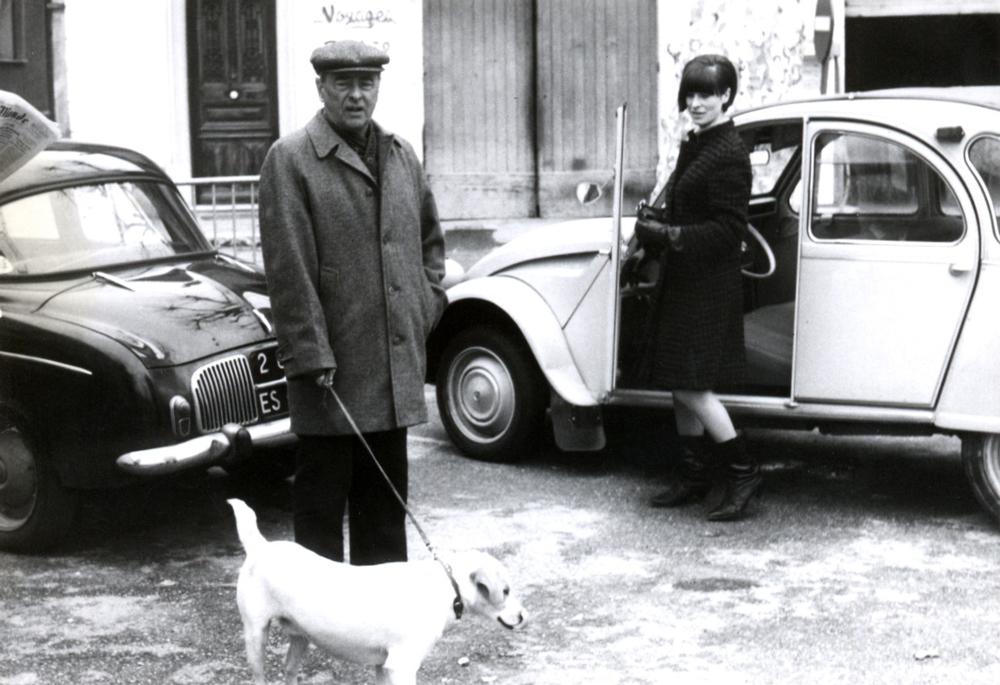 Witold Gombrowicz z Psiną, obok żona Rita wsiada do Citroena 2CV, Vence 1965, fot. Muzeum Literatury / East News