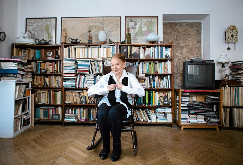 Julia Hartwig w swoim mieszkaniu, Warszawa, 2013, fot. Bartosz Bobkowski/AG